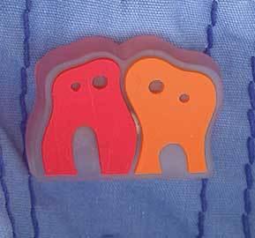 Partizipative Kunst: Zahn-Logo als Anstecker