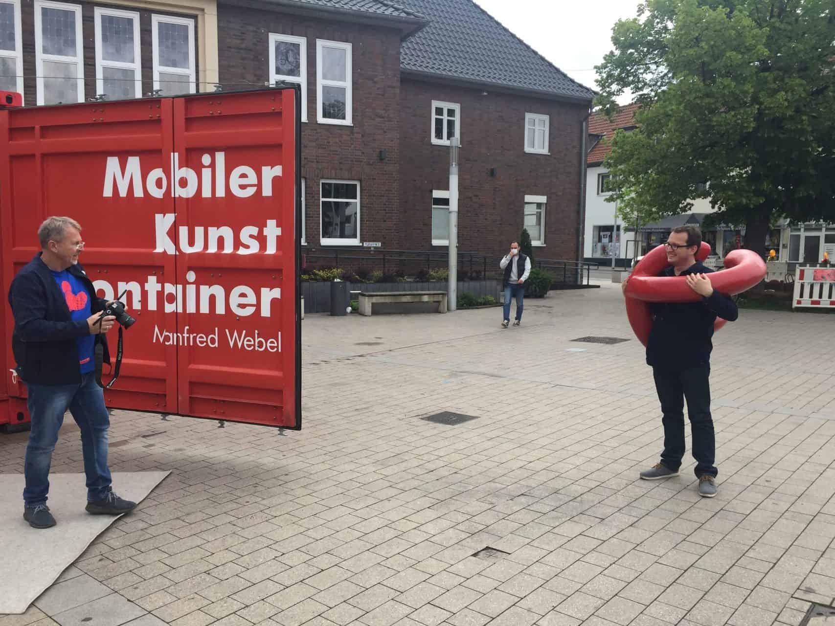 """Rathaus Monheim, Kunst-Aktion """"Bitte berühren!"""", Transport nach Monheim - Bewegungsskulptur Monami von Manfred Webel. Foto: Angela Behler"""