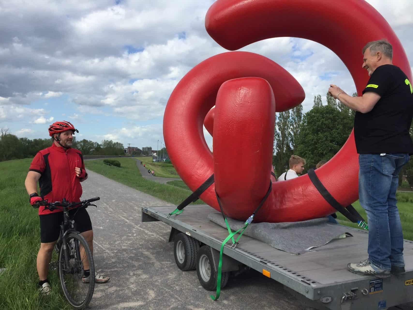 """Kunst-Aktion """"Bitte berühren!"""", Transport nach Monheim - Bewegungsskulptur Monami von Manfred Webel. Foto: Angela Behler"""