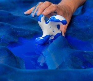 Manfred-Webels-Laguna-mit-Hand-und-Bewegungsskulptur.-Beim-Bewegen-färbt-der-Untergrund-ab---Foto---Andreas-Zobe